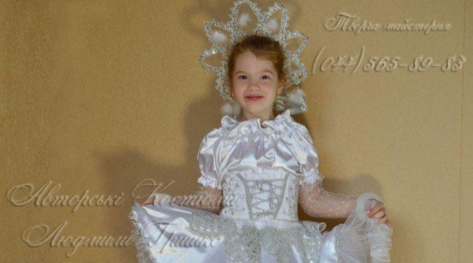 фото костюм Снежинка в короне с помпонами