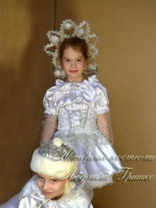 фото костюм снежинка в короне с помпонами из лебяжьего пуха