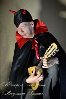 фото костюм люцифера плащ и шапочка с рожками
