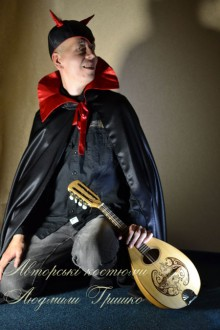 фото костюм люцифера в плаще с высоким воротником