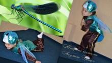детский костюм стрекозы на фоне голубой стрекозы