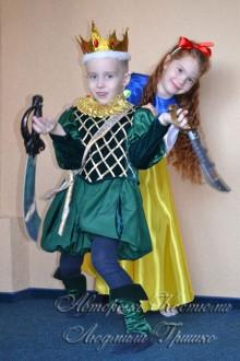 авторские карнавальные наряды фото Белоснежка и принц с саблями