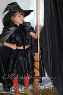 костюм колдуньи с метлой в плаще и шляпе фото