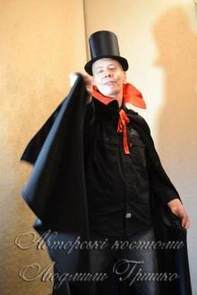 костюм дракулы в черном плаще фото