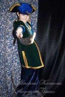 карнавальный костюм пирата для мальчика фото в шляпе с синим пером