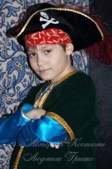 костюм пирата фото в шляпе и в пиратской косынке
