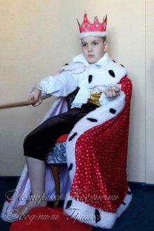 фото костюма в королевской мантии для мальчика