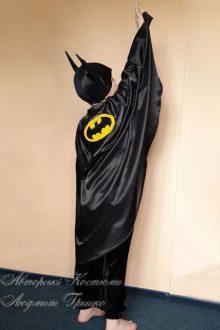 костюм Бэтмена фото вид плаща с эмблемой