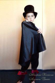 костюм вампира на Halloween фото в плаще