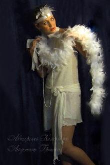 фото белое платье в стиле 20-х с белым боа