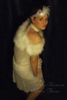 фото белое платье в стиле 20-х с длинными перчатками