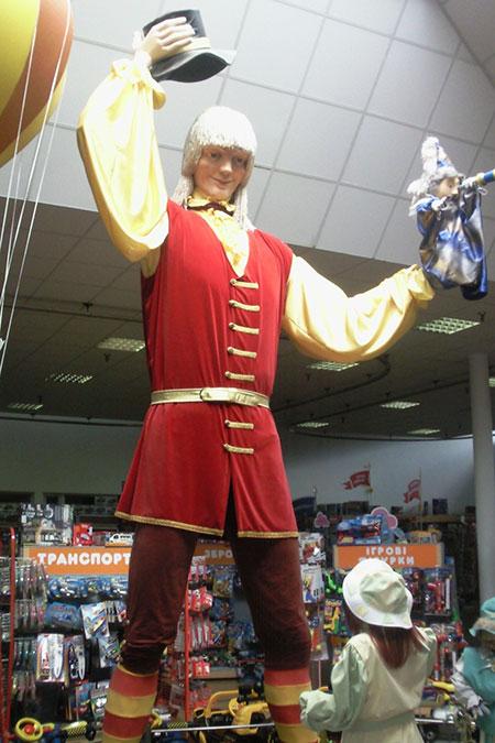 гигантский костюм Гулливера на открытии зала игрушек