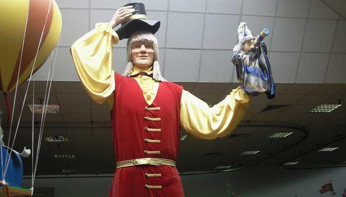 гигантский костюм Гулливера для рекламной компании