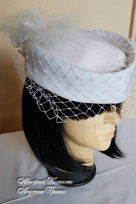 шляпка таблетка с украшением на затылке