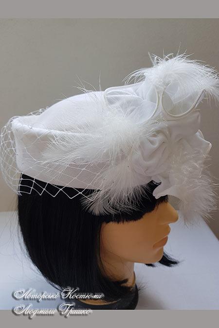 шляпка таблетка с украшением в области лба