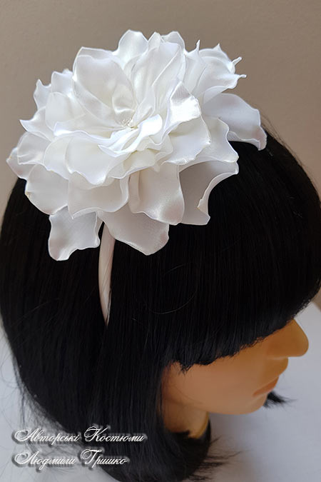 цветок белого георгина на обруче для волос