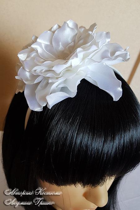обруч для волос с белым цветком