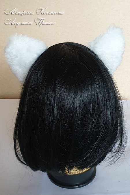 черно-белые уши кошечки вид сзади