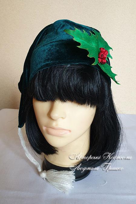 шапка гнома с листьями и ягодами падуба