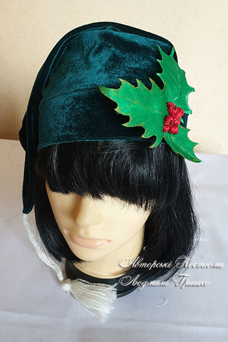 зеленая шапка для гнома или эльфа с листьями падуба