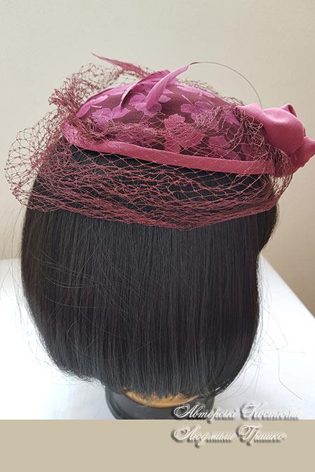 бордовая шляпка вид сзади
